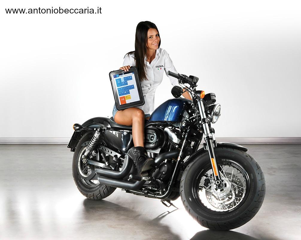 Texa Axone Nemo immagine donna su moto